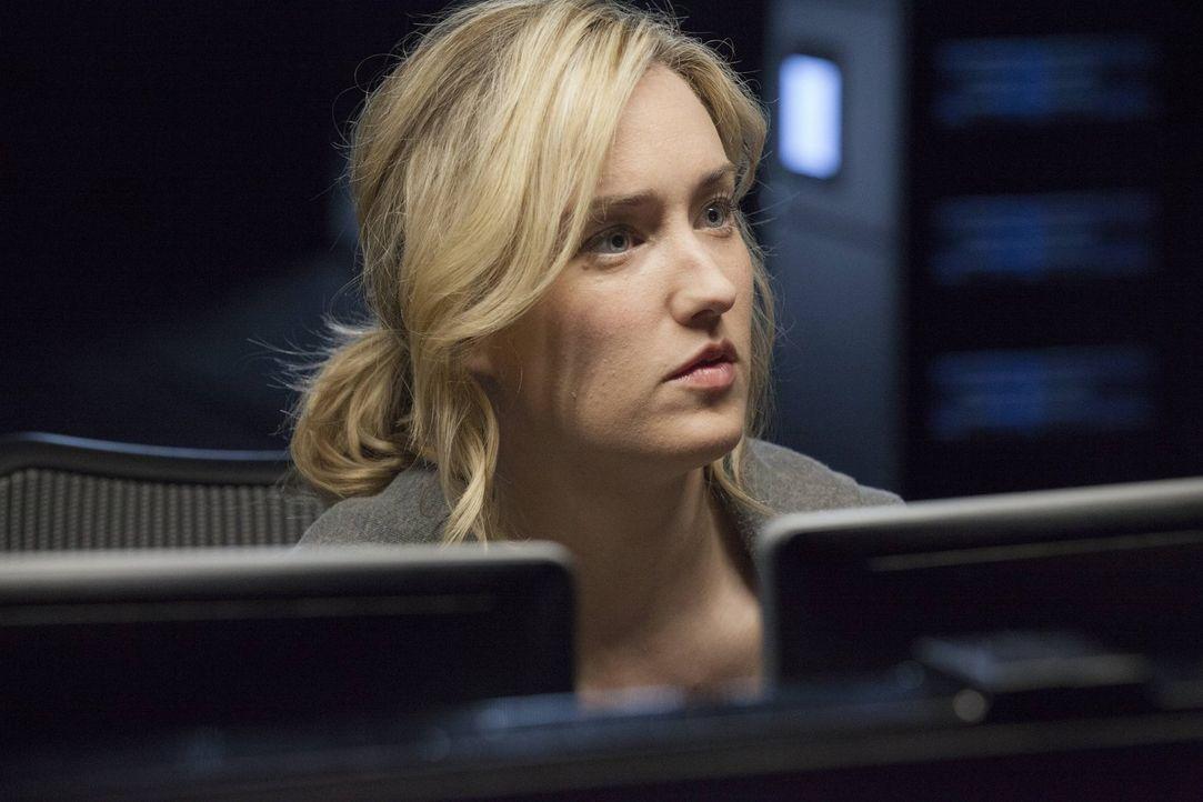 Gelingt es Patterson (Ashley Johnson), dem ausgefuchsten Hacker ein Schnippchen zu schlagen und die immens wichtigen Unterlagen vor seinem Zugriff i... - Bildquelle: Warner Brothers