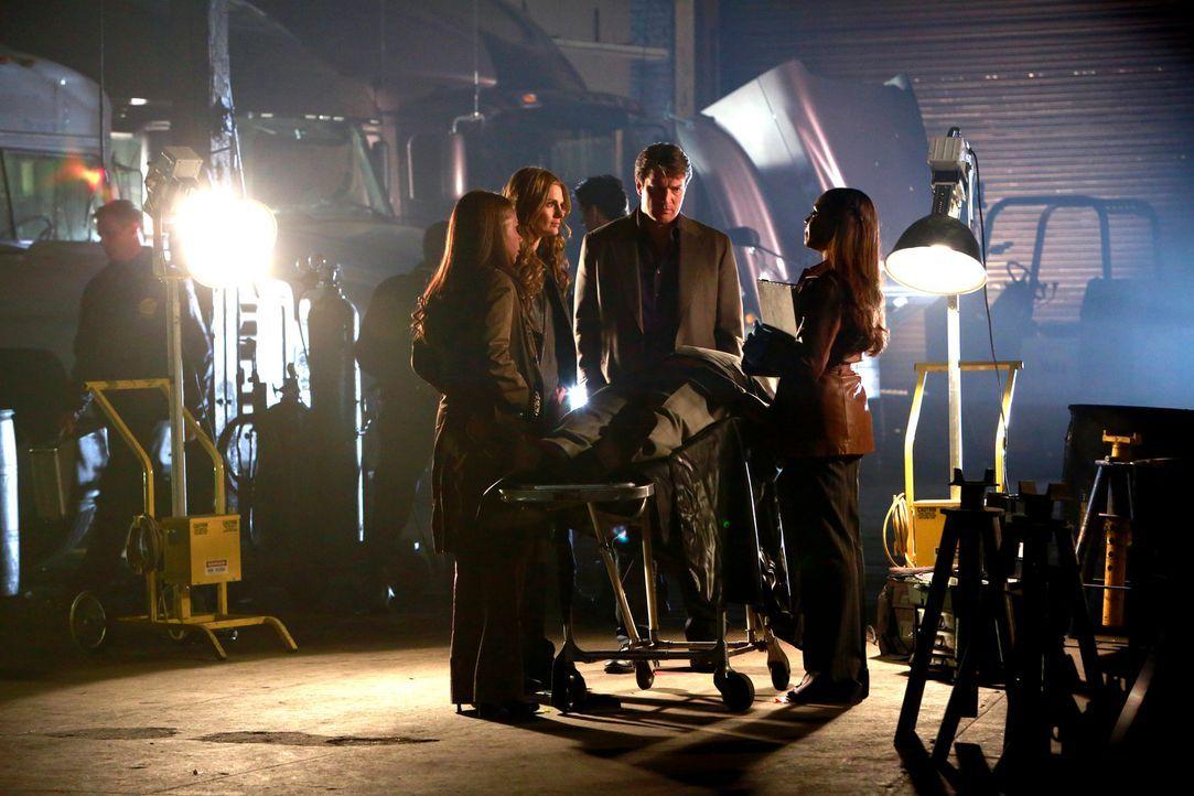 Beckett (Stana Katic, 2.v.l.) leitet eine geheime Ermittlung, um den Mörder ihrer Mutter zu finden. Doch die Dinge laufen aus dem Ruder, als ein Man... - Bildquelle: 2014 American Broadcasting Companies, Inc. All rights reserved.