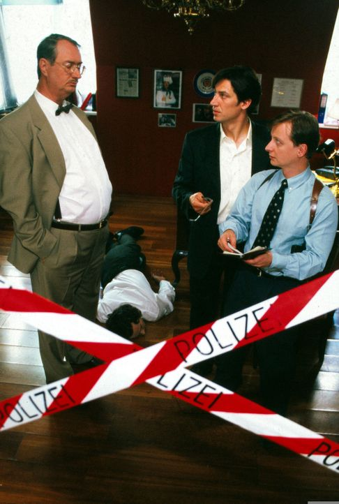 In einem Luxusrestaurant stirbt Geschäftsführer Gruber (Alexander Rossi, liegend) nach dem Genuss eines teuren Weins. Gerichtsmediziner Graf (Gerhar... - Bildquelle: Ali Schafler Sat.1