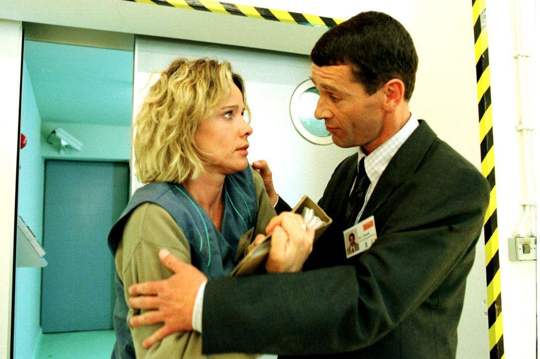 Sonja (Ann-Kathrin Kramer, l.) versucht, Beweismaterial aus dem Hochsicherheitstrakt des Labors zu schmuggeln. Leider kommt ihr dabei Arnold (Georg... - Bildquelle: Diane Krüger Sat.1