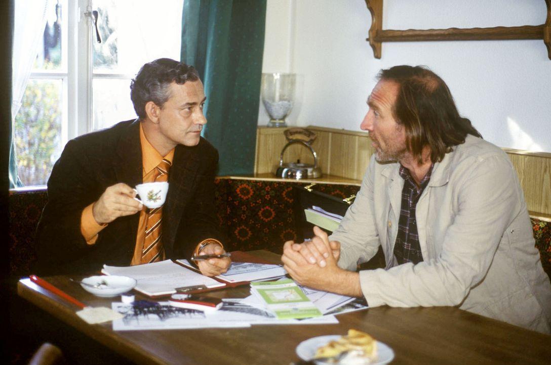 Vergnügungspark oder Bauernhof: Gibt Karl sein Stück Heimat auf und verkauft an den windigen Unternehmer Neumann (Rolf Kanies, l.)? - Bildquelle: Sat.1