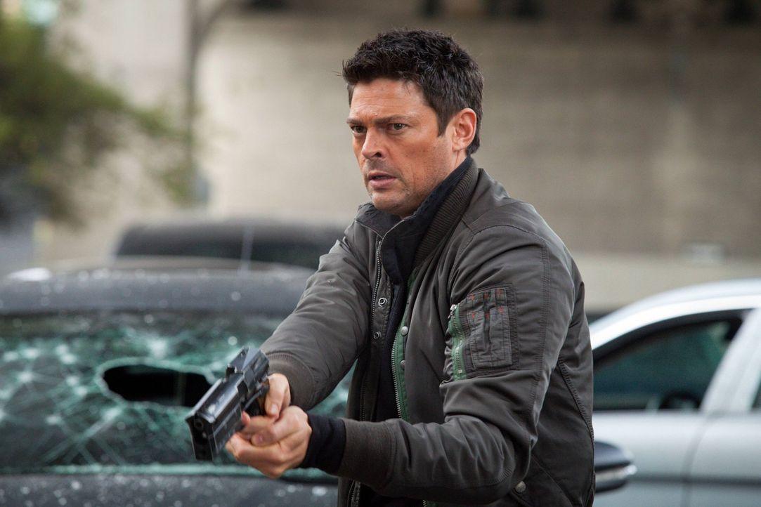 Die Zeugin, die John (Karl Urban) beschützen soll, bringt ihn an seine Grenzen ... - Bildquelle: Warner Bros. Television