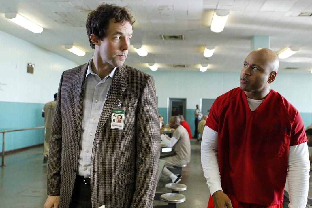 Sam (LL Cool J, r.) geht undercover ins Gefängnis, um Moe zu beschützen. Zur seiner großen Überraschung arbeitet Nate (Peter Cambor, l.) als Psy... - Bildquelle: CBS Studios Inc. All Rights Reserved.
