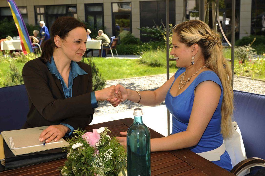 Staatsanwältin Weiss (Doreen Fietz, l.) hat eine gute Nachricht für Mia (Josephine Schmidt, r.) ... - Bildquelle: SAT.1