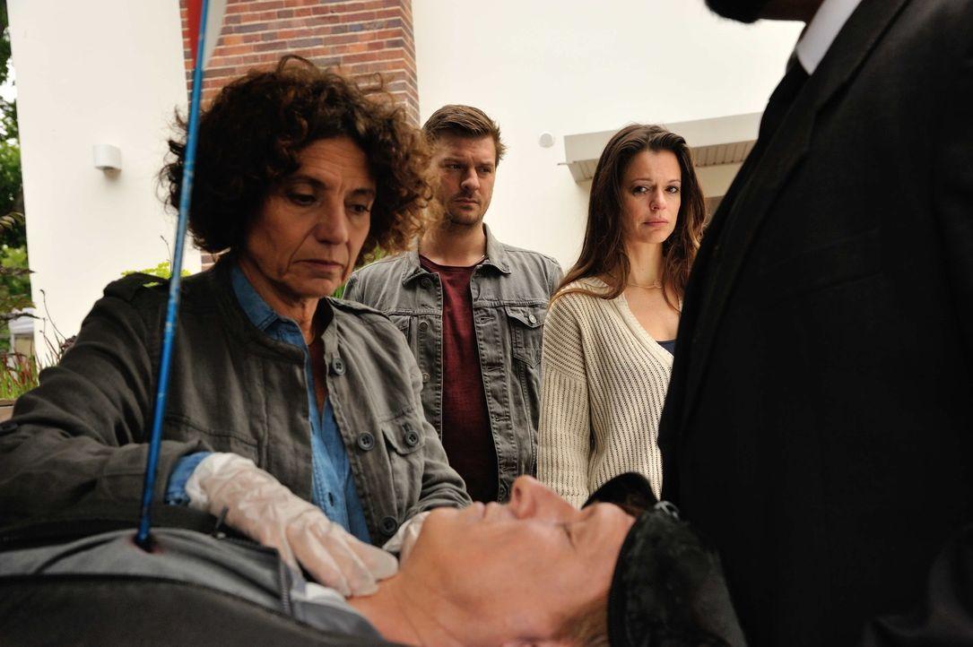 Der angesehene Arzt Michael Wegscheid (Jürgen Klein, vorne) wurde von Pfeilen durchlöchert aufgefunden. Seine Frau Juliane  (Suzan Anbeh, r.) kann s... - Bildquelle: Hardy Spitz SAT.1