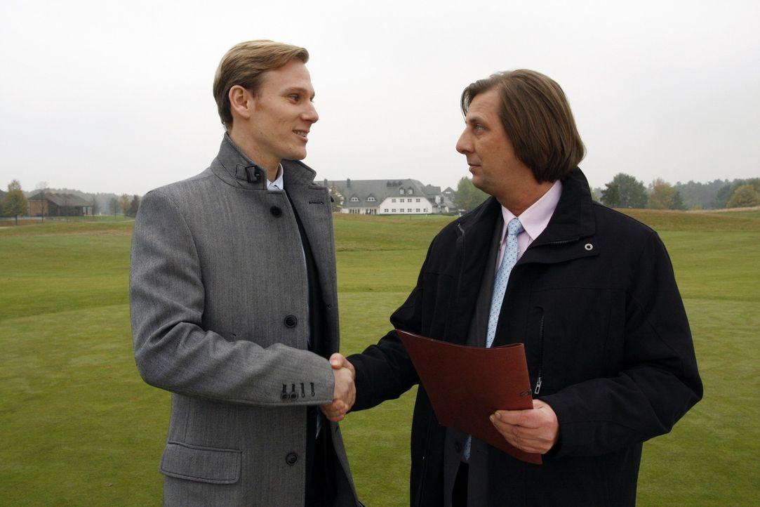 Philip (Philipp Romann, l.) prescht geschäftlich vor, in dem er den Golfplatz für das Aden bei Herbert Kramer (Frank Jacobsen, r.) optioniert ... - Bildquelle: SAT.1