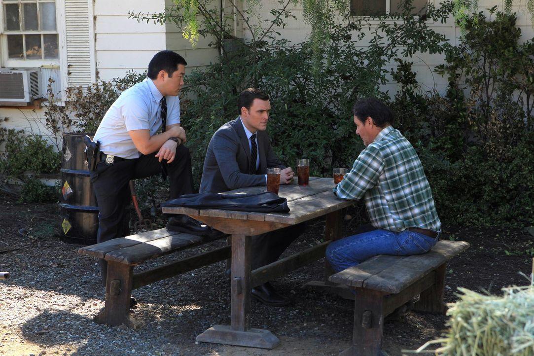 Bei den Ermittlungen in einem neuen Fall, stoßen Kimball (Tim Kang, l.) und Wayne (Owain Yeoman, M.) auf Tom Crayhew (Chris Mulkey, r.). Doch was h... - Bildquelle: Warner Bros. Television