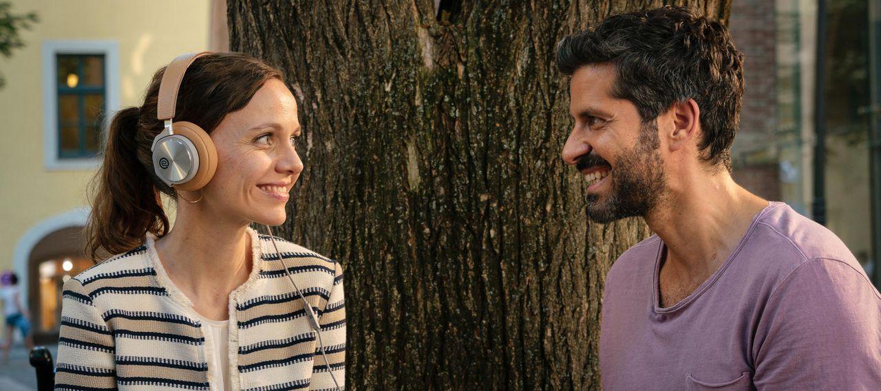 Standesbeamtin Emma (Nadja Becker, l.) soll ihre Jugendliebe Ben (Pasquale Aleardi, r.) verheiraten. Wird alles nach Plan verlaufen? - Bildquelle: Arvid Uhlig SAT.1