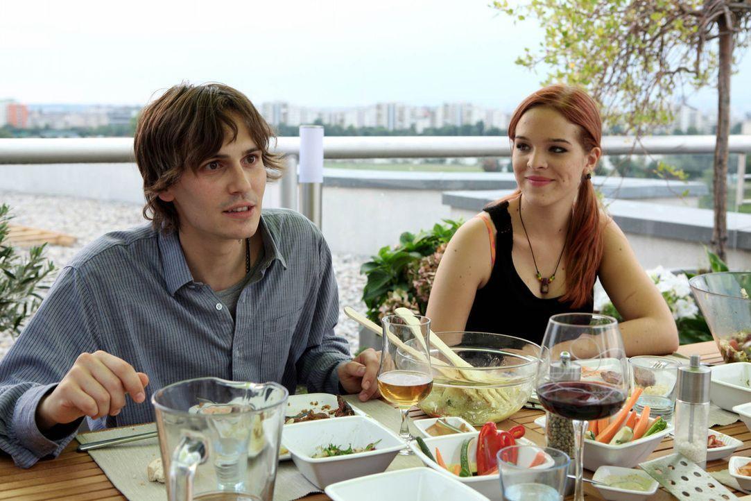 Zunächst glauben Nadjas (Nikola Rudle, r.) Eltern, dass Robi (Christopher Scharf, l.) ein normaler Junge ist. Doch dann erfahren sie, dass er ein J... - Bildquelle: SAT.1