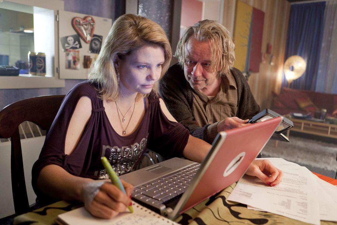 Während Danni (Annette Frier, l.) an einem neuen Fall arbeitet, träumt Kurt (Axel Siefer, r.) von einem neuen Fernsehsessel ... - Bildquelle: SAT.1