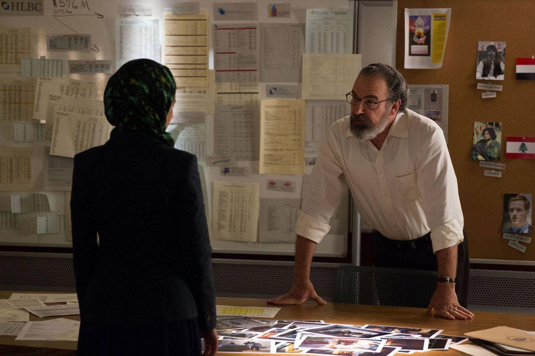 Carrie dreht in der Psychiatrie fast durch, während Saul (Mandy Patinkin, r.) und Fara (Nazanin Boniadi, l.) ahnen, wer den Angriff auf das Gebäude... - Bildquelle: 2013 Twentieth Century Fox Film Corporation. All rights reserved.