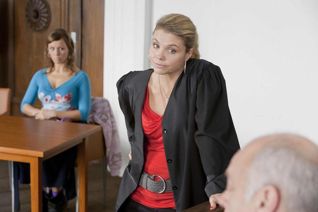 Ein neuer Fall: Danni Lowinski (Annette Frier, M.) versucht alles, um ihrer neuen Mandantin Melli (Wanda Worch, l.) zu helfen ... - Bildquelle: SAT.1