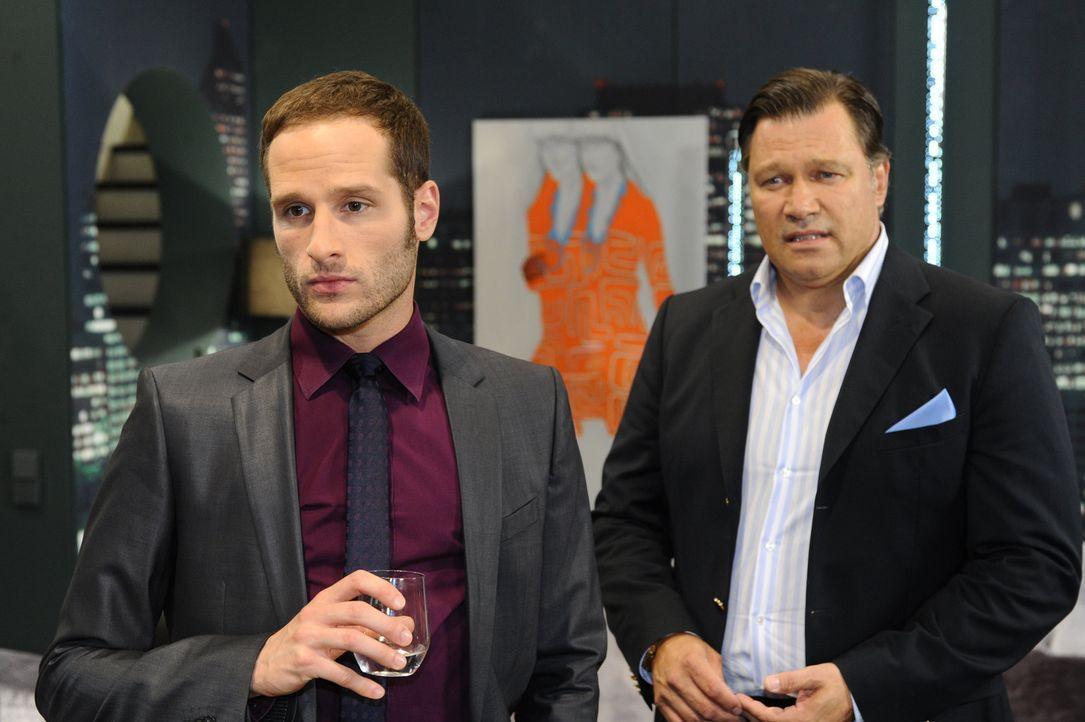 Richard (Robert Jarczyk, r.) versucht vergebens, David (Lee Rychter, l.) auf einen Firmensitz im Ausland wegzuloben, um Annett von ihm zu befreien. - Bildquelle: SAT.1