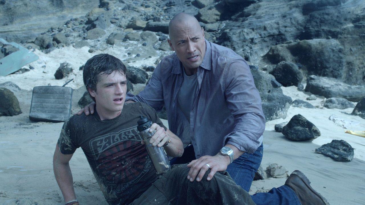 Sean (Josh Hutcherson, l.); Hank (Dwayne Johnson, r.) - Bildquelle: Warner Bros.