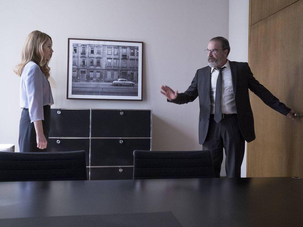 Was führen Allison (Miranda Otto, l.) und Saul (Mandy Patinkin, r.) im Schilde? - Bildquelle: Stephan Rabold 2015 Showtime Networks, Inc., a CBS Company. All rights reserved.
