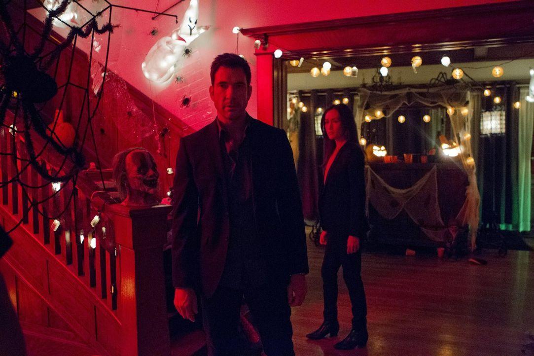 Verbringen Halloween damit, eine wilde Kostümparty nach einem Täter zu durchsuchen, der lange für tot gehalten wurde: Beth (Maggie Q, r.) und Jack (... - Bildquelle: Warner Bros. Entertainment, Inc.
