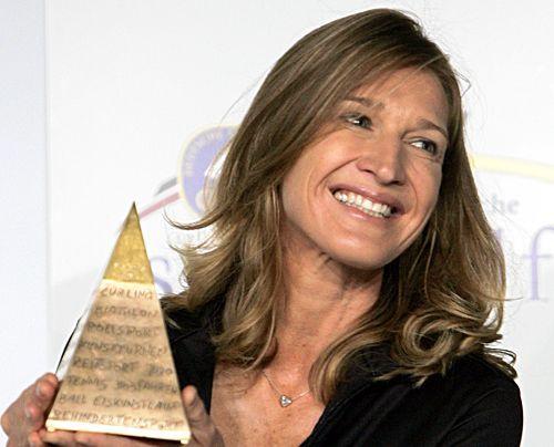 Die frühere Tennisspielerin Steffi Graf hält am Dienstag (24.06.2008) in Herzogenaurach (Mittelfranken) die Goldene Sportpyramide 2008 in den Hä... - Bildquelle: dpa
