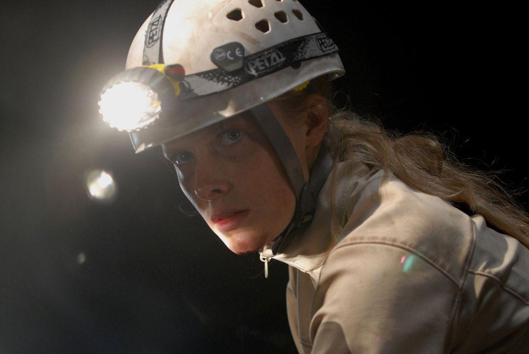 Sarah (Shauna MacDonald) kehrt als einzige Überlebende von einer Höhlentour zurück. Eine plausible Aussage, was vorgefallen ist, hat sie nicht - zum... - Bildquelle: Licensed by Square One Entertainment GmbH & Co.KG