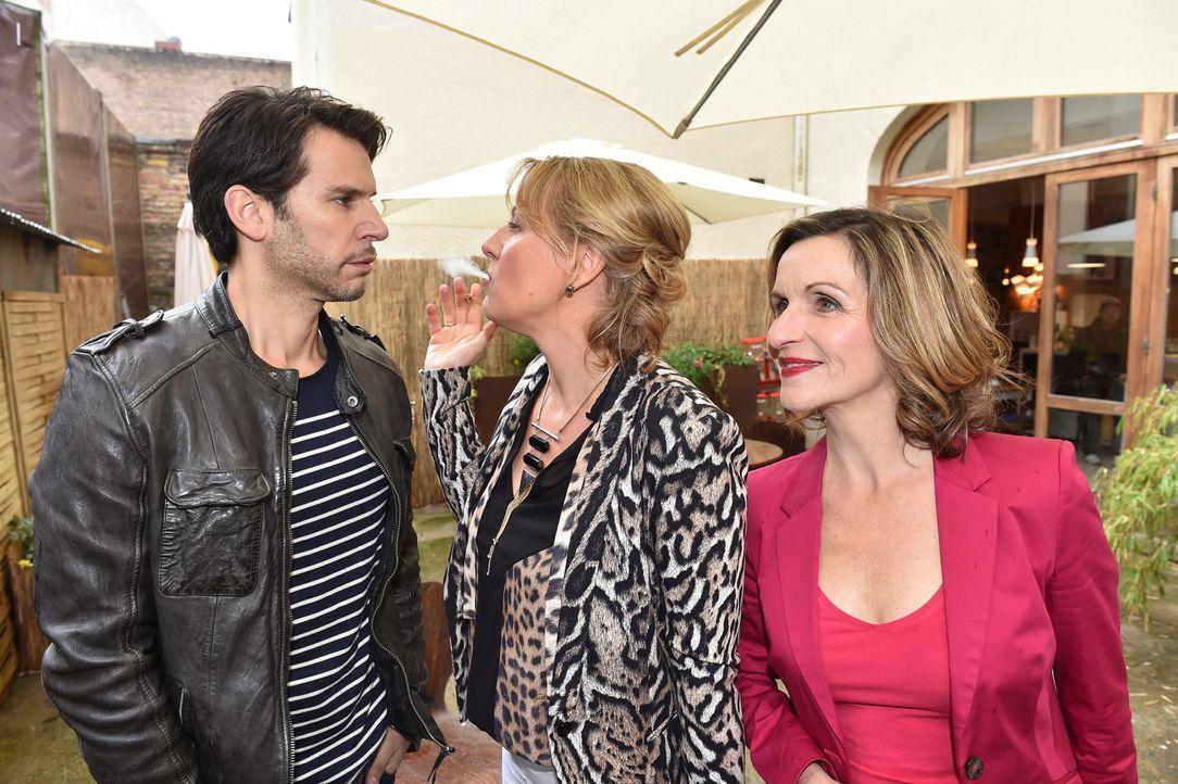 Sylvia (Eva Manschott, r.) und Felicitas (Claudia Lietz, M.) fordern Nick (Florian Odendahl, l.) auf, nicht vor seinen Gefühlen für Mila davon zu la... - Bildquelle: Andre Kowalski sixx