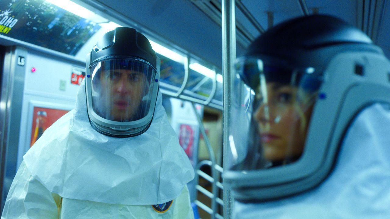 In der U-Bahn haben es Dr. Dylan Reinhart (Alan Cumming, l.) und Det. Lizzie Needham (Bojana Novakovic, r.) mit einem Chemieangriff zu tun ... - Bildquelle: 2017 CBS BROADCASTING INC. ALL RIGHTS RESERVED.