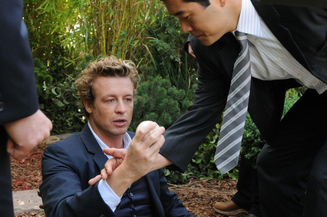 Geschickt versucht Patrick (Simon Baker, l.) mit Hilfe von Kimbal (Tim Kang, r.) und den restlichen Kollegen einen neuen Mordfall zu lösen ... - Bildquelle: Warner Bros. Television