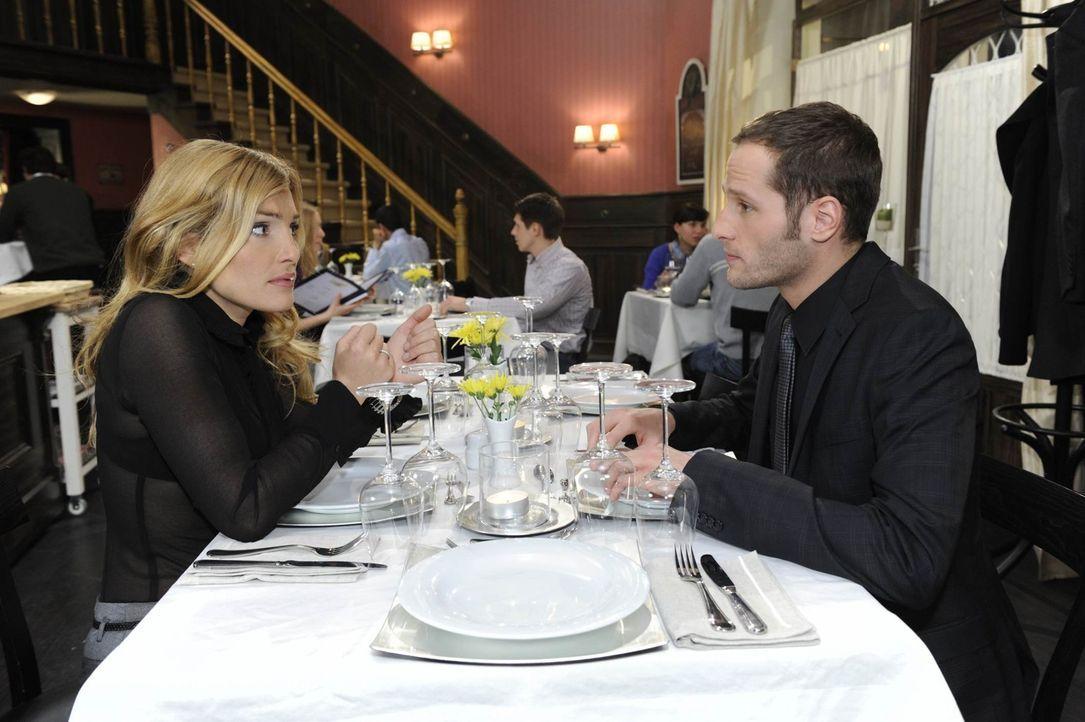 Annett (Tanja Wenzel, l.) ist überglücklich über den Heiratsantrag von Alexander. Einzig David (Lee Rychter, r.) macht ihr Sorge. Wie wird er auf... - Bildquelle: SAT.1