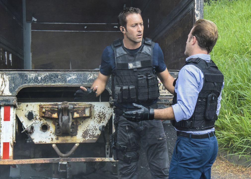Ein Fall, der es in sich hat, wartet auf Steve (Alex O'Loughlin, l.) und Danny (Scott Caan, r.) ... - Bildquelle: Norman Shapiro 2017 CBS Broadcasting, Inc. All Rights Reserved