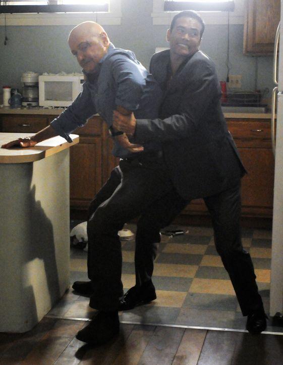Während Steve und seine Kollegen in einem neuen Fall ermitteln, taucht Wo Fat (Mark Dacascos, r.) in Joes (Terry O'Quinn, l.) Wohnung auf und es ko... - Bildquelle: TM &   CBS Studios Inc. All Rights Reserved.