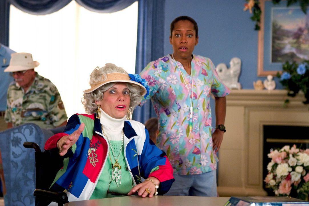 Agentin Sam Fuller (Regina King, r.) und Gracie Hart (Sandra Bullock, l.) im Undercover-Einsatz ... - Bildquelle: Warner Bros. Television