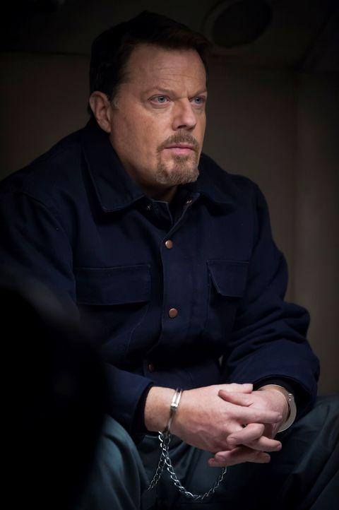 Dr. Abel Gideon (Eddie Izzard) soll in ein anderes Gefängnis verlegt werden. Den Gefangenentransport will er jedoch zur Flucht nutzen ... - Bildquelle: Brooke Palmer 2013 NBCUniversal Media, LLC