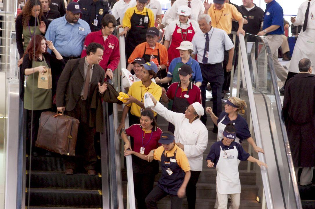 Darf das Terminal nach einigen Wochen wieder verlassen und wird vom Personal herzlich verabschiedet: Viktor Navorski (Tom Hanks, vorne l.) ... - Bildquelle: Merrick Morton DreamWorks Distribution LLC