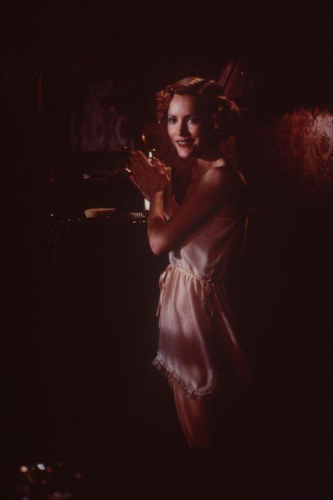 Dem Charme und den Reizen der schönen Lucy (Alexandra Powers) kann weder der Gangsterboss Strozzi noch der schweigsame Fremde, John Smith, widersteh... - Bildquelle: New Line Cinema