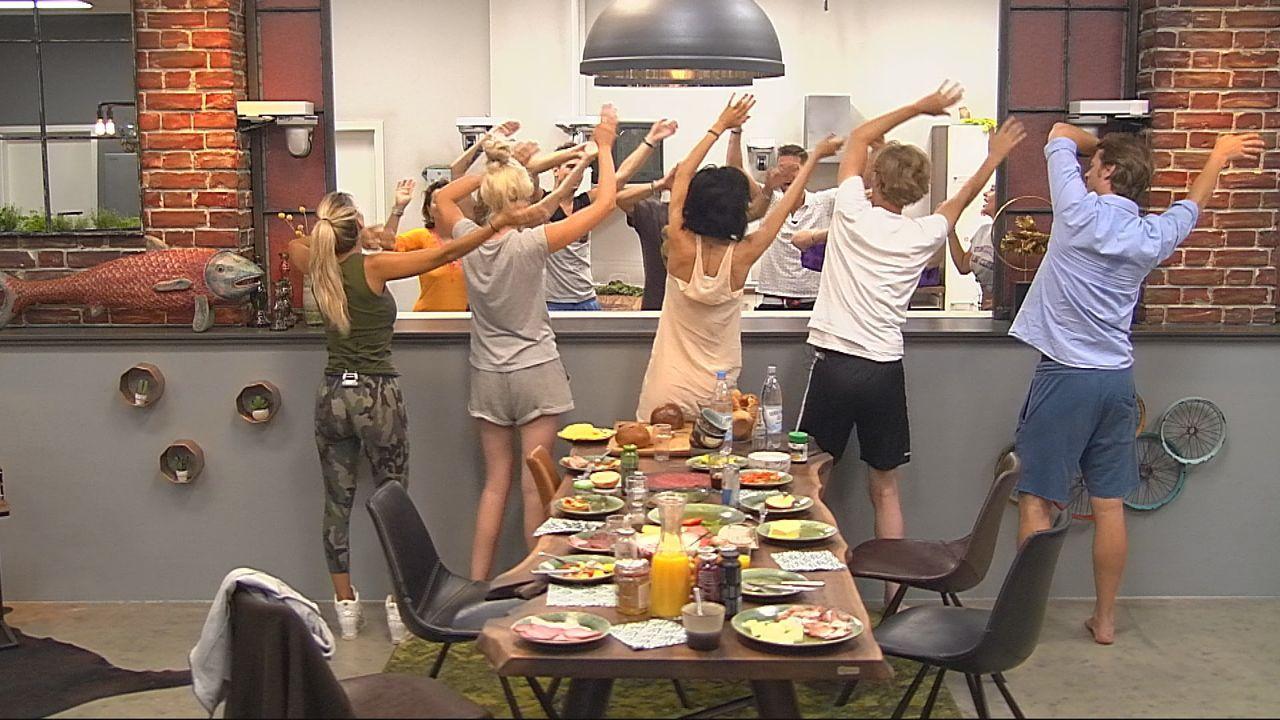 """Die Bewohner im """"Alles"""" tanzen mit! - Bildquelle: SAT.1"""