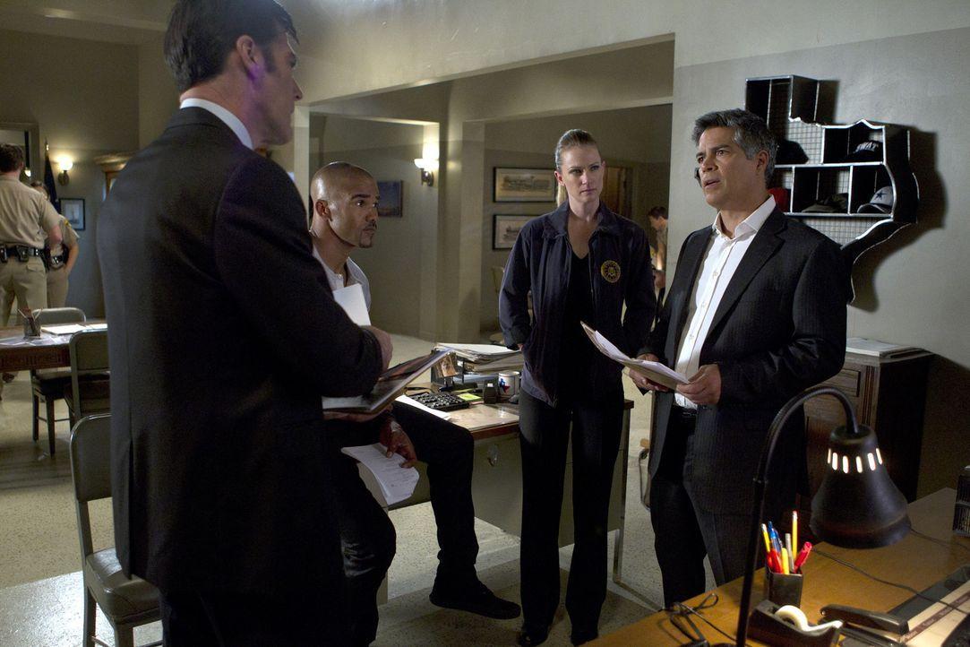 Versuchen alles, um einen Fall um ermordete Prostituierte aufzudecken: Morgan (Shemar Moore, 2.v.l.), Hotch (Thomas Gibson, l.), JJ (AJ Cook, 2.v.r)... - Bildquelle: ABC Studios