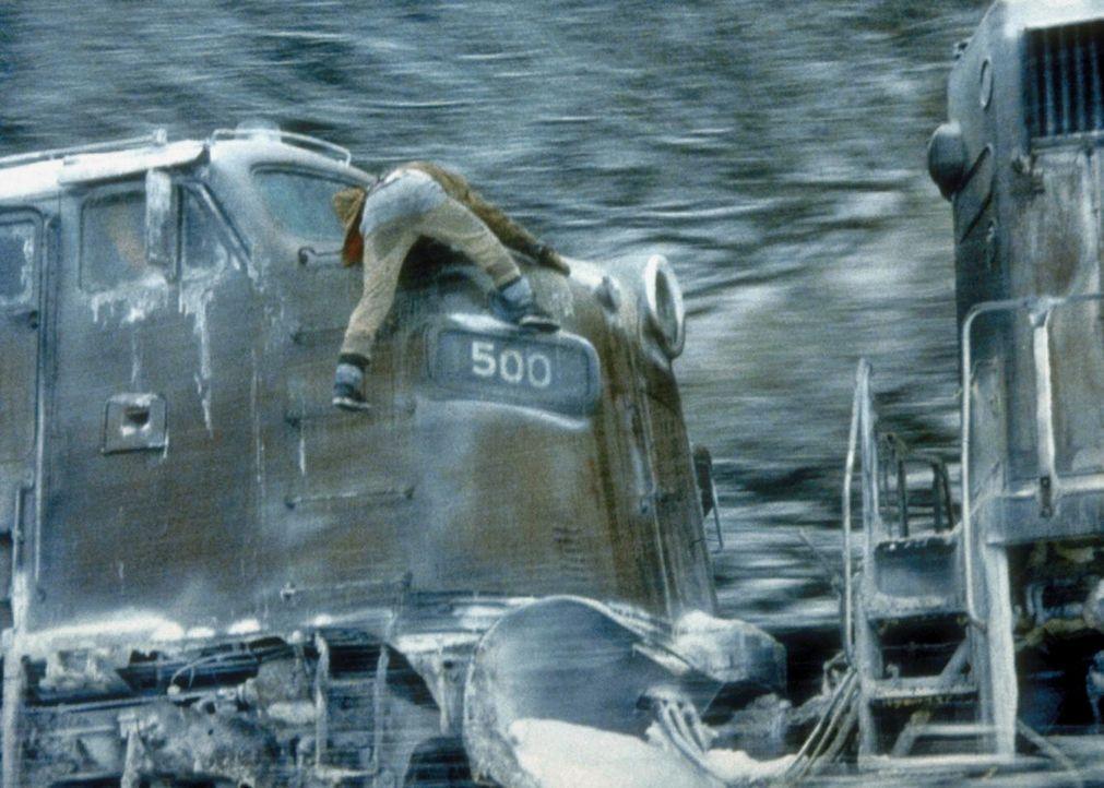 Verzweifelt versucht Manny (Jon Voight), die Maschine abzukoppeln. - Bildquelle: Cannon Releasing Corp.