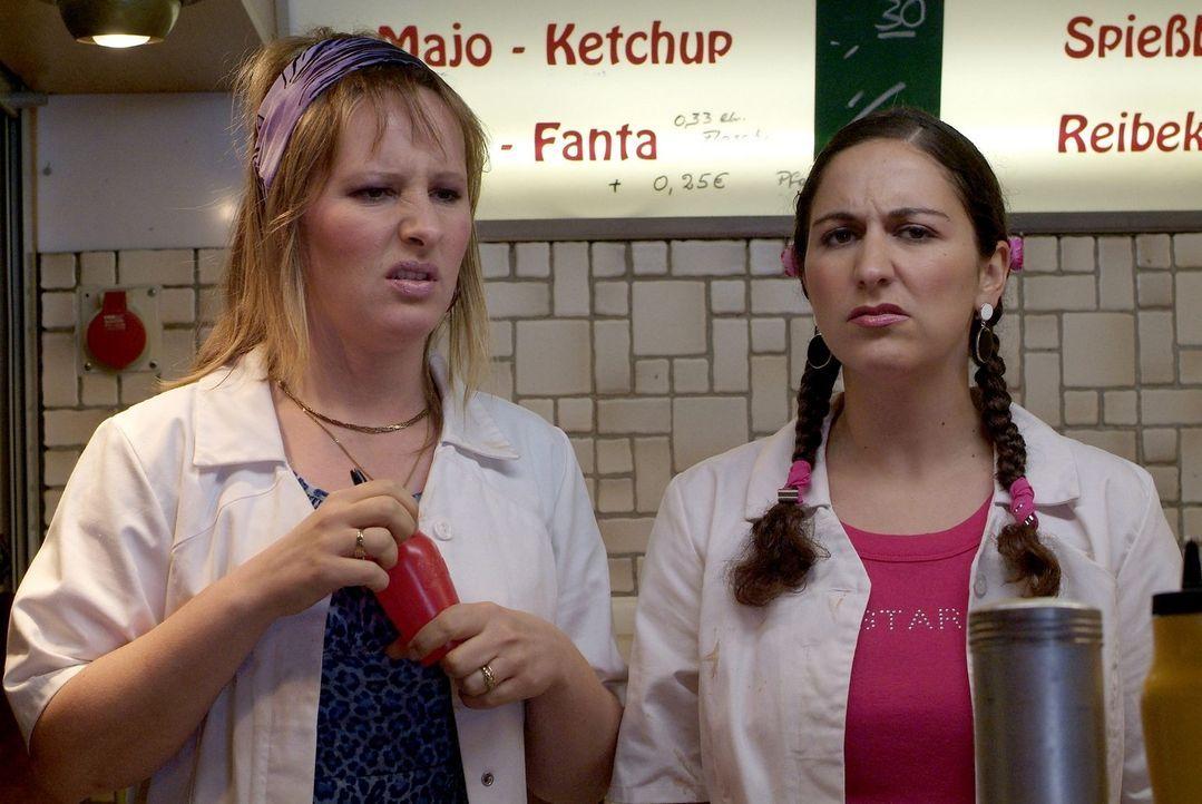 Die beiden Damen vom Grill müssen wohl noch viel lernen. Was sind überhaupt Fritten Rot/Weiß? (Nina Vorbrodt, l. und Shirin Soraya, r.) - Bildquelle: Sat.1