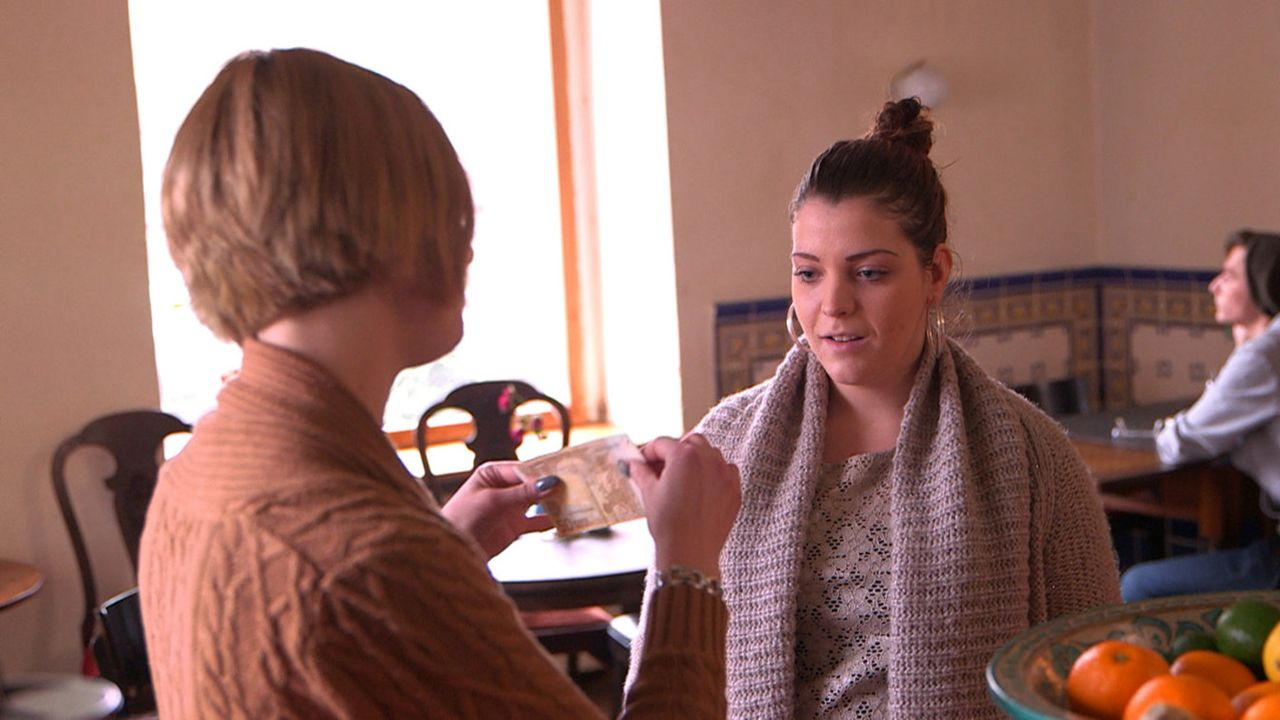 Während Toni glaubt, bald sterben zu müssen, bekommt Sarafina (r.) von ihrer Tante Niki (l.) eine Ausbildungsstelle angeboten - allerdings zum Lei... - Bildquelle: SAT.1