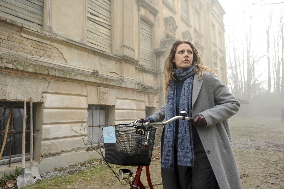 Am Nebelhaus angekommen, umgibt den ehemaligen Tatort eine unheimliche Stimmung. Doch die investigative Journalistin Doro (Felicitas Woll) lässt sic... - Bildquelle: Stephanie Kulbach SAT.1