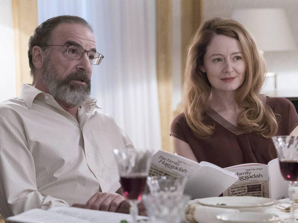 Spielen sie wirklich das gleiche Spiel? Allison (Miranda Otto, r.) und Saul (Mandy Patinkin, l.) ... - Bildquelle: Stephan Rabold 2015 Showtime Networks, Inc., a CBS Company. All rights reserved.