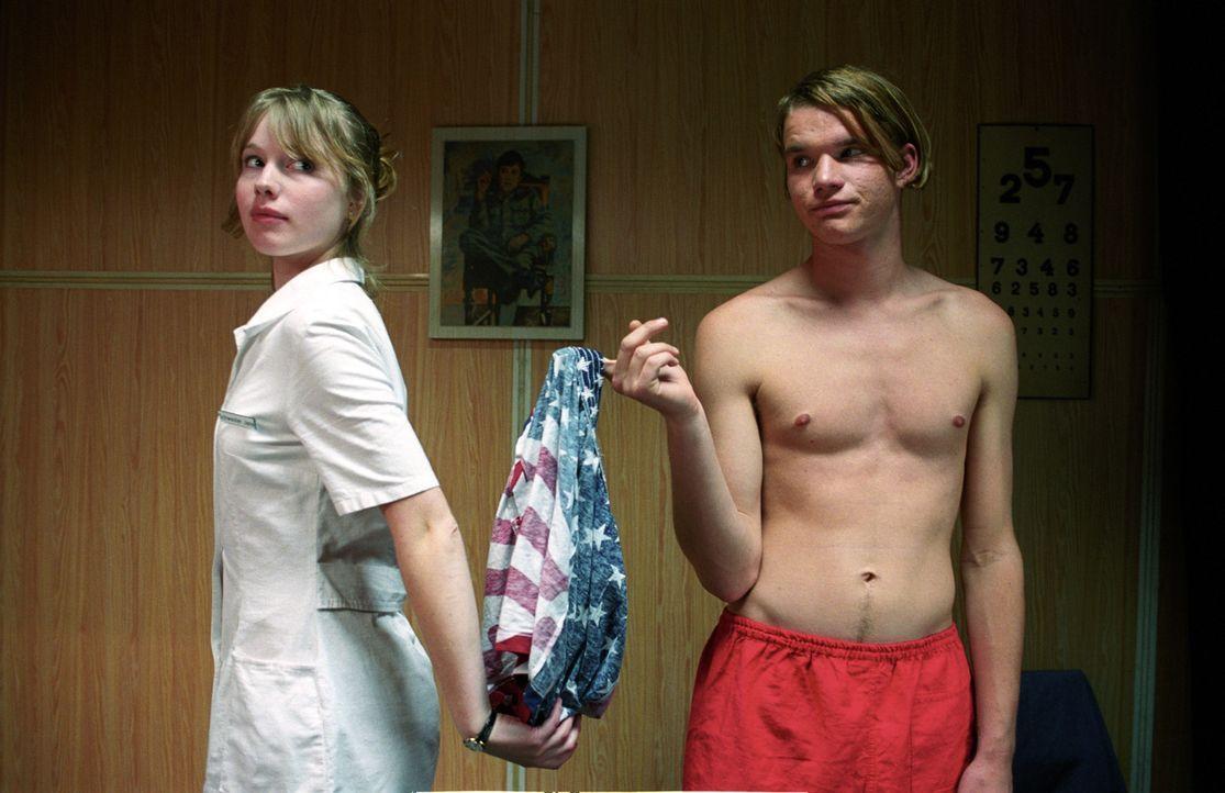Tim (Tobias Schenke, r.) verliebt sich auf Anhieb in die hübsche und schlagfertige Krankenschwester Jana (Anna Brüggemann, l.). - Bildquelle: Akkord Film Produktion GmbH