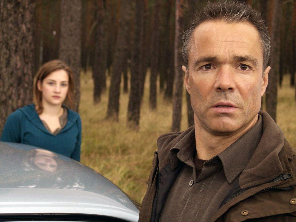 Als ihr Vater (Hannes Jaenicke, r.) nach all den Jahren plötzlich das Kommando übernehmen will, schaltet Jessy (Karoline Teska, l.) auf stur. Sie... - Bildquelle: ProSieben