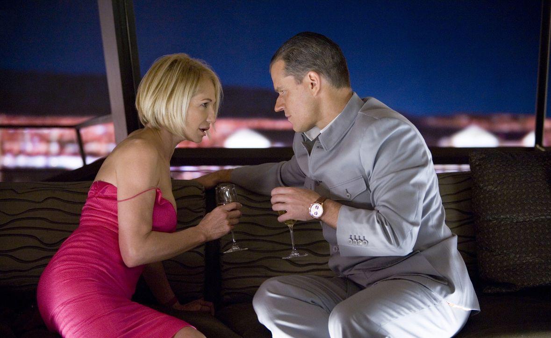 Um an Banks Diamanten zu kommen, will Caldwell (Matt Damon, r.) Banks Assistentin Sponder (Ellen Barkin, l.) verführen. Mit Hilfe von Pheromonen mac... - Bildquelle: TM &   Warner Bros. All Rights Reserved