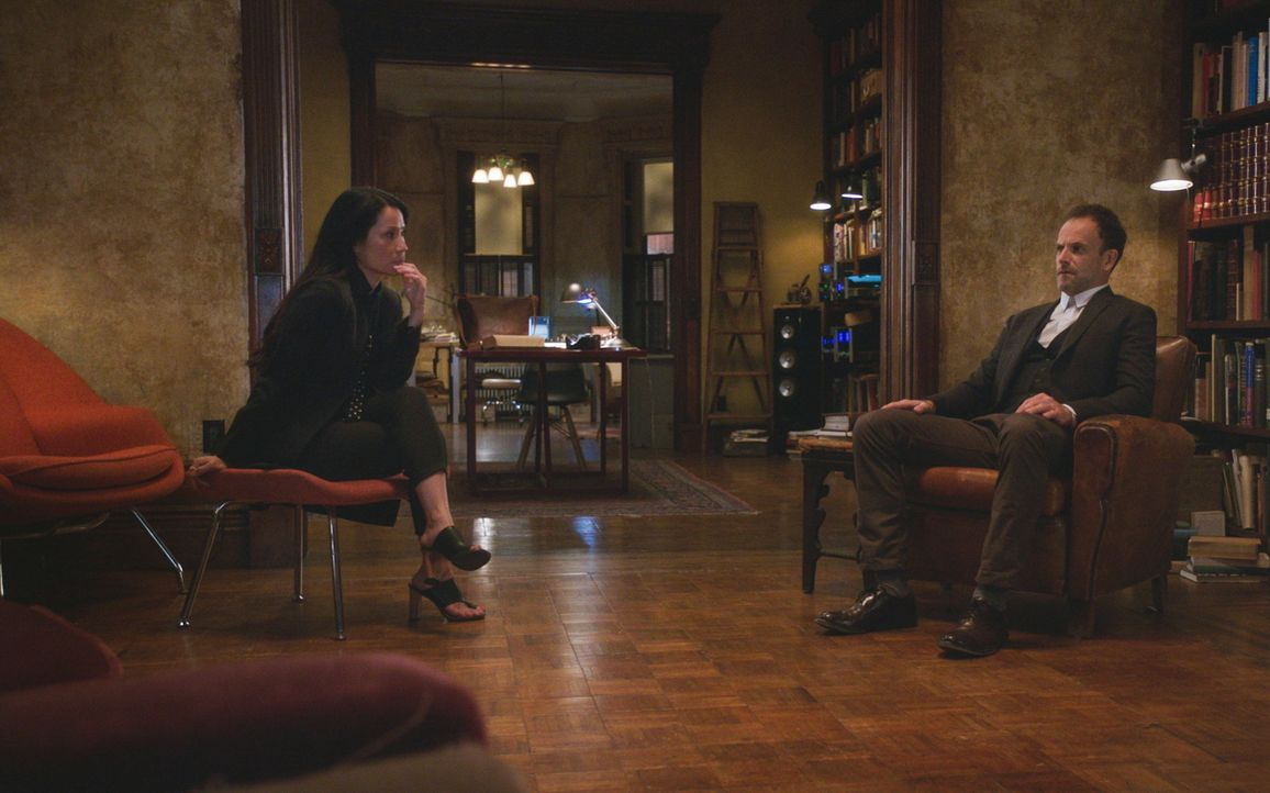 Sherlock (Jonny Lee Miller, r.) und Watson (Lucy Liu, l.) verfolgen Sherlocks Schritte in die Vergangenheit, um die Herkunft eines abgetrennten Kopf... - Bildquelle: 2018 CBS Broadcasting, Inc. All Rights Reserved.