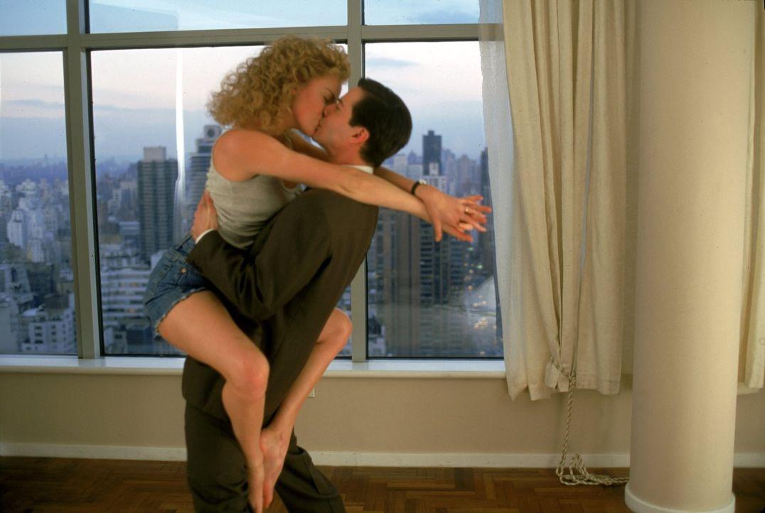 Noch sind Mary Ann (Charlize Theron, l.) und Kevin Lomax (Keanu Reeves, r.) in ihrer neuen Heimat New York überglücklich. Doch dann tritt das Böse i... - Bildquelle: Warner Bros.