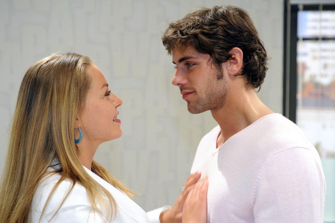 Jonas (Roy Peter Link, r.) ist verwundert, dass Katja (Karolina Lodyga, l.) von der Geschichte mit Alexanders Anzug weiß. Doch sie gibt ihm gegenü... - Bildquelle: Sat.1