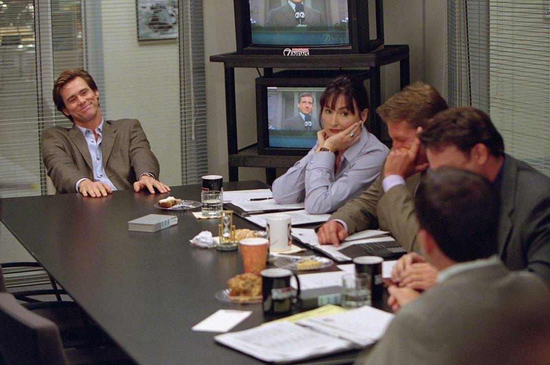 Nach einer Reihe von Tiefschlägen macht der erfolglose Reporter Bruce Nolan (Jim Carrey, l.) Gott für seine Probleme verantwortlich. Dieser übert... - Bildquelle: 2003 Universal Studios. All rights reserved
