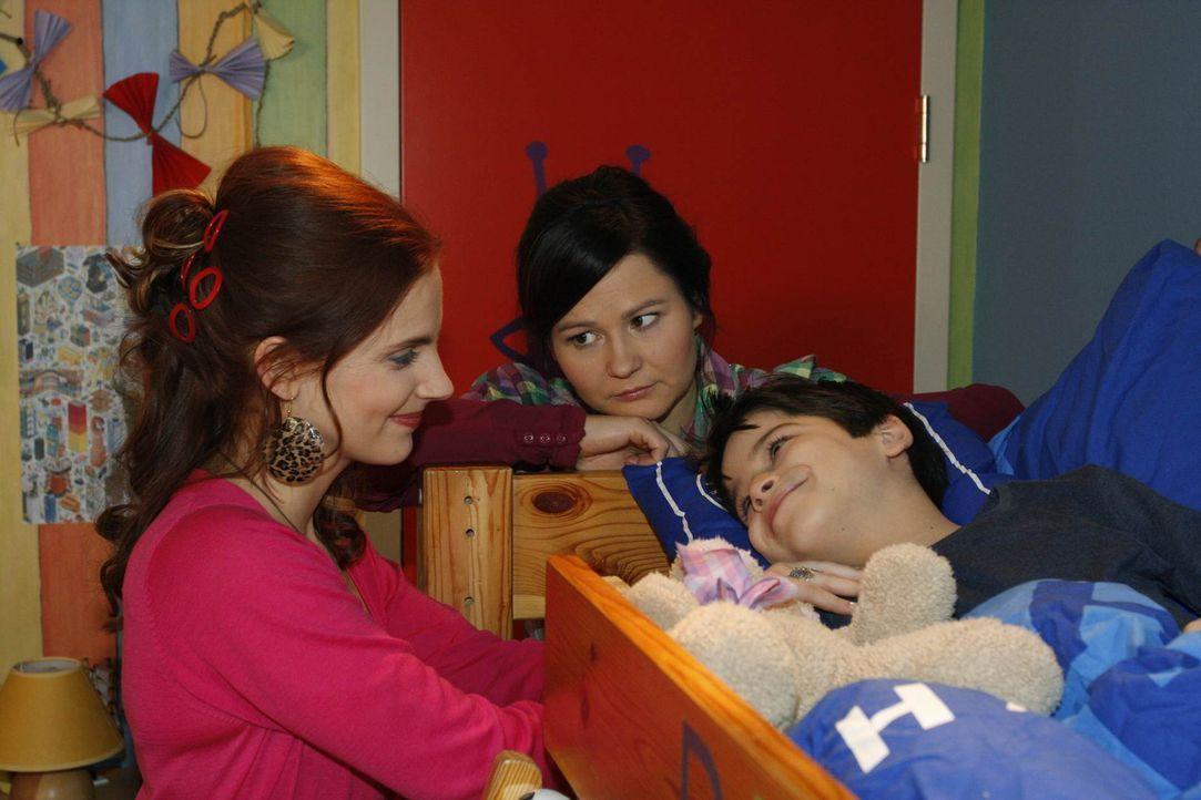 Manu (Marie Zielcke, l.) und Eva (Anett Heilfort, M.) sind froh, dass es Daniel (Alexander Türck, r.) wieder besser geht ... - Bildquelle: SAT.1
