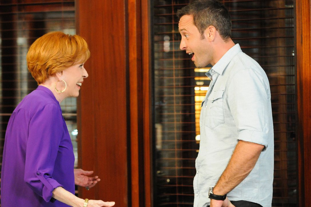 Nicht nur die Ermittlungen in einem neuen Mordfall, sondern auch die Vorbereitungen von Steves (Alex O'Loughlin, r.) Tante Debs (Carol Burnett, l.)... - Bildquelle: 2014 CBS Broadcasting Inc. All Rights Reserved.