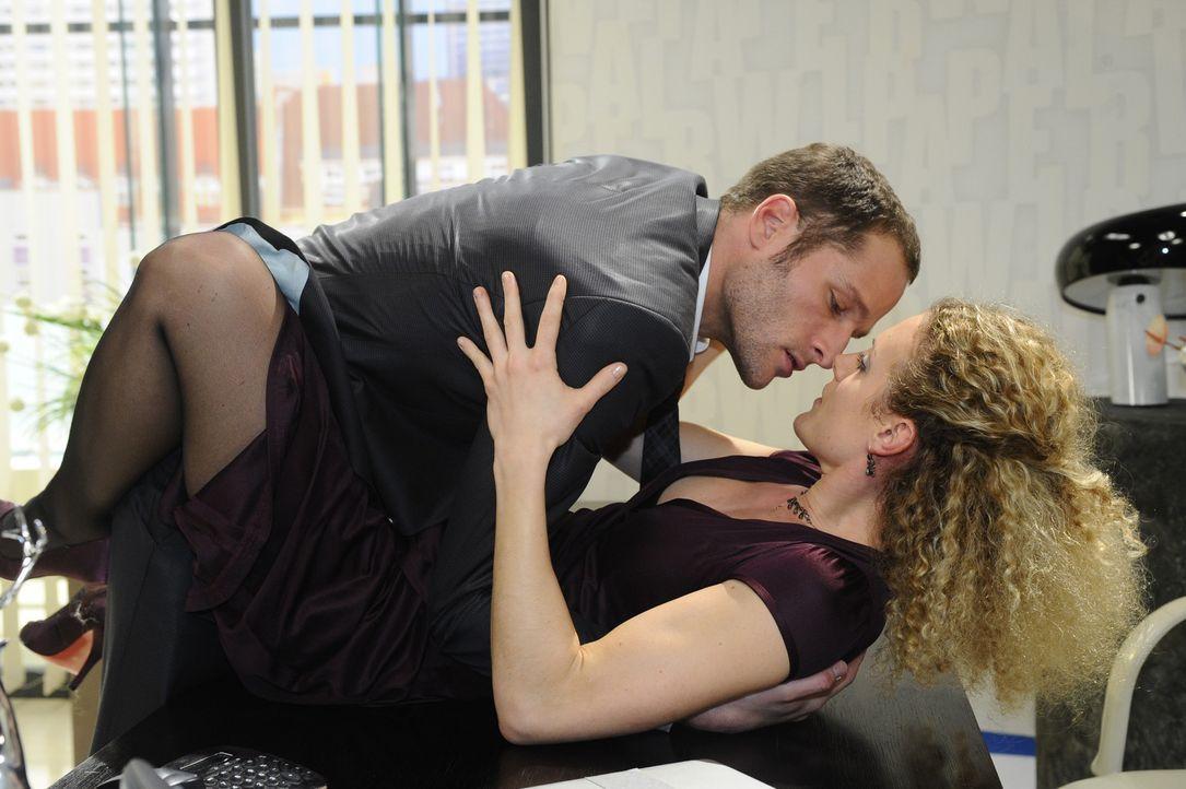 Um Natascha zu provozieren, verführt David (Lee Rychter, l.) Maja (Barbara Lanz, r.) ... - Bildquelle: SAT.1
