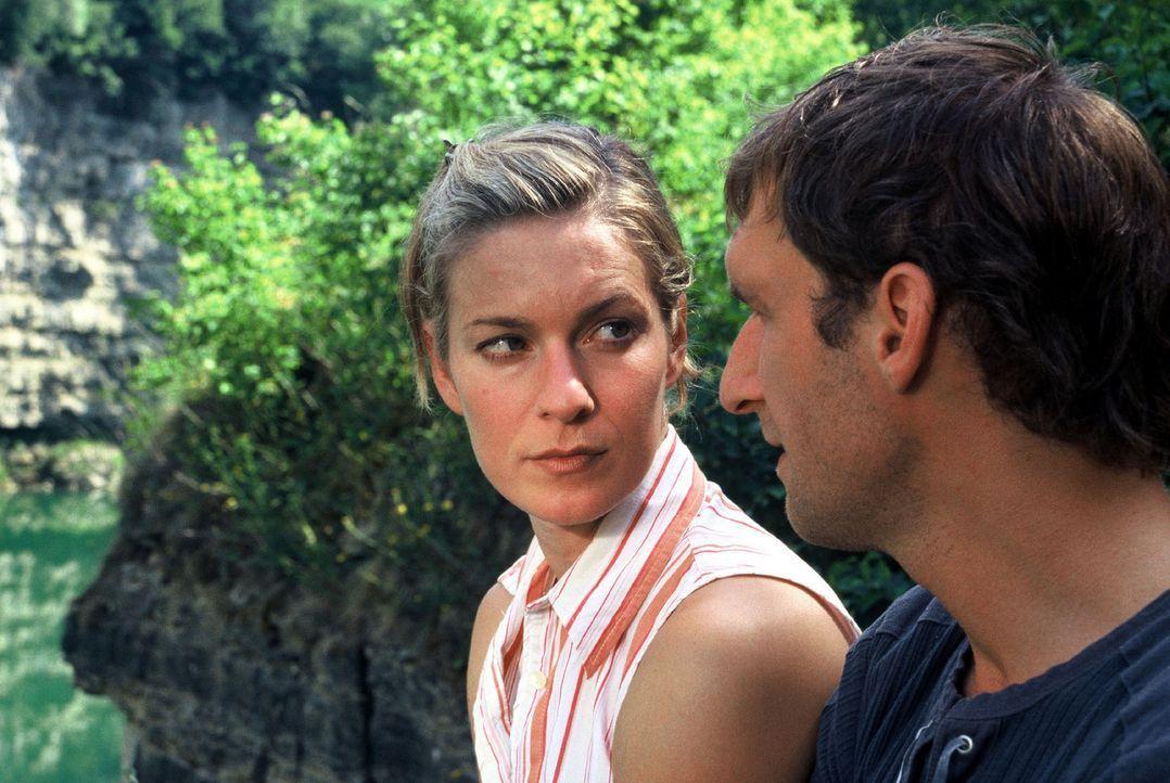 Conny (Lisa Martinek, l.) hütet ein Geheimnis aus früher Jugend - auch vor ihrem Freund Frank (Siegfried Terpoorten, r.). Dieser will mit ihr eine E... - Bildquelle: Sat.1
